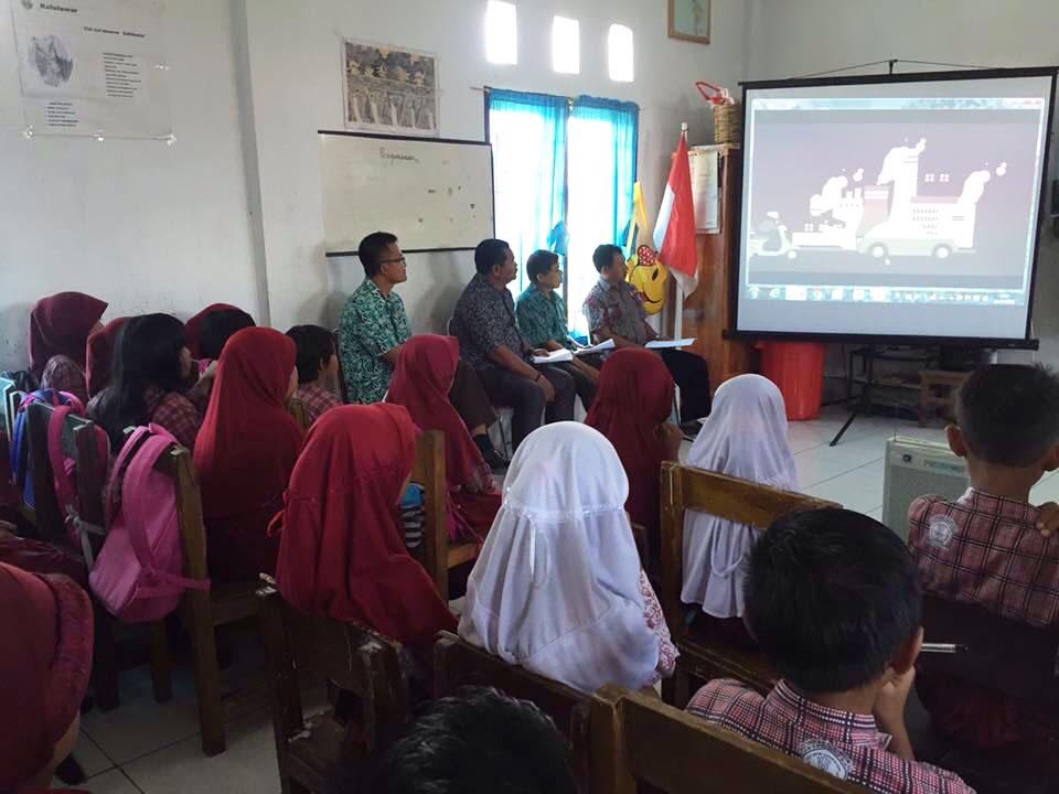 Anak-anak di Mamuju Sulawesi Barat nonton video animasi energi terbarukan. Foto oleh Yayasan BaKTI.