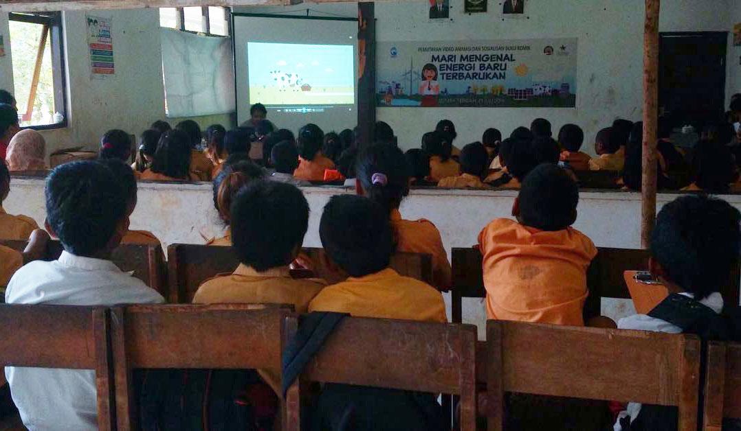 Acara menonton bareng di Sumba Tengah. Foto oleh Yayasan BaKTI.